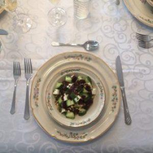 Salade de concombres et fromage féta, vinaigrette à la camerise